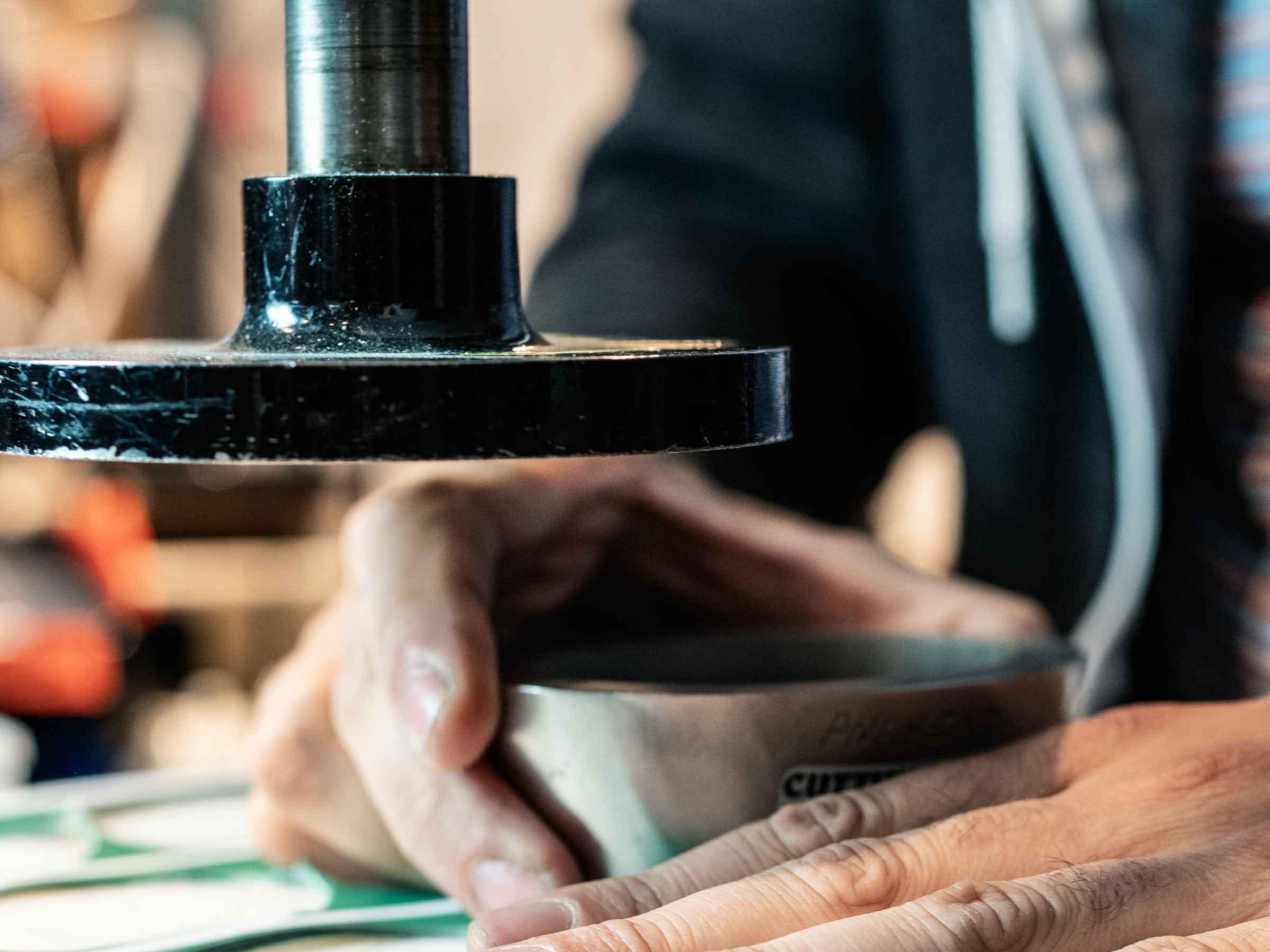 buttons-bestellen-produktion-floss-bros-buttonsschneider-cutter-buttonstanzer-motiv-schneiden